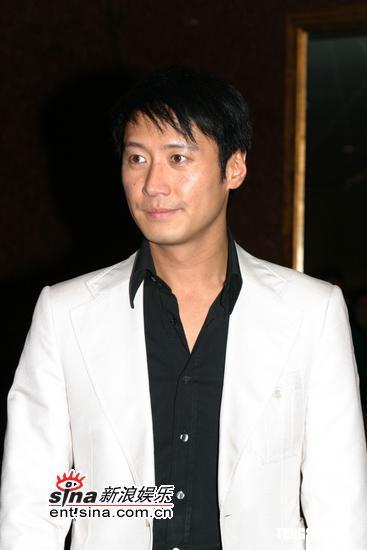 6月8日最酷男星:黎明黑衬衫白西服出席婚礼