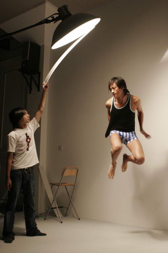组图:何润东上海拍内衣广告对自己身材打满分