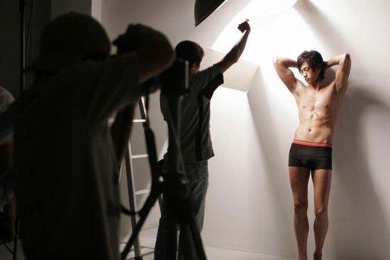 6月17日最酷男星:何润东拍内衣广告秀身体线条