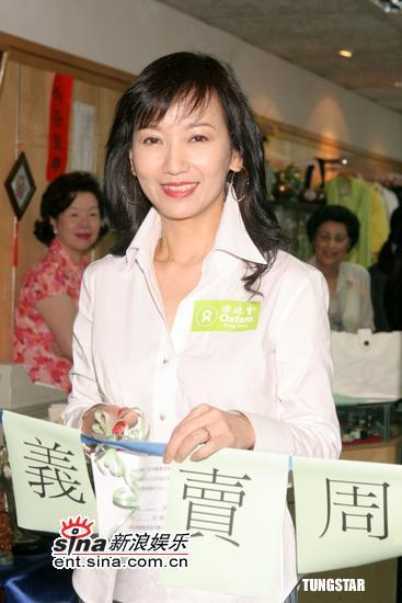 组图:赵雅芝出席义卖活动随即展开三天内地行