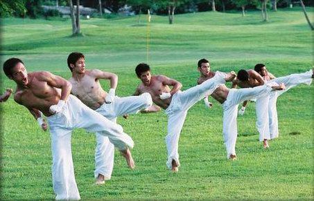 组图:亚洲先生赤裸上身功夫训练尽显结实肌肉