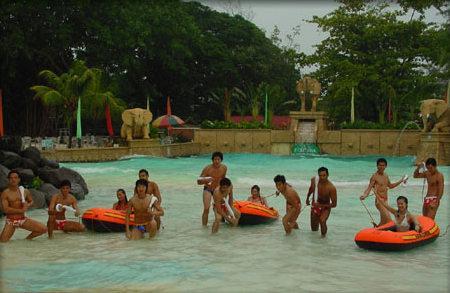 组图:亚洲先生菲律宾拍摄遇雨女教官泳装迷人