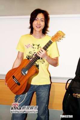 组图:黄义达带着心爱吉他与李圣杰相谈甚欢