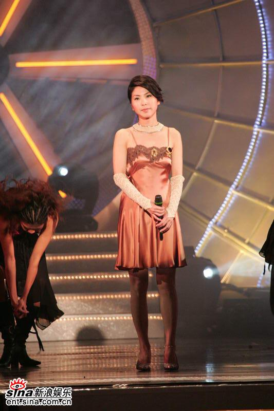 组图:许茹芸身着低胸吊带裙深情演唱独角戏