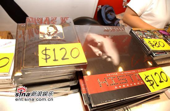 组图:张国荣梅艳芳邮品集发行限量销售三千套