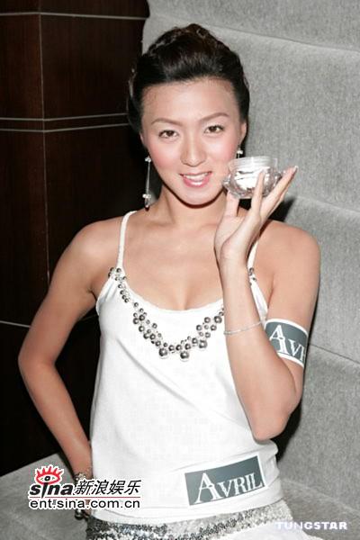 7月28日最美女星:姚嘉妮白色低胸裙大秀身材