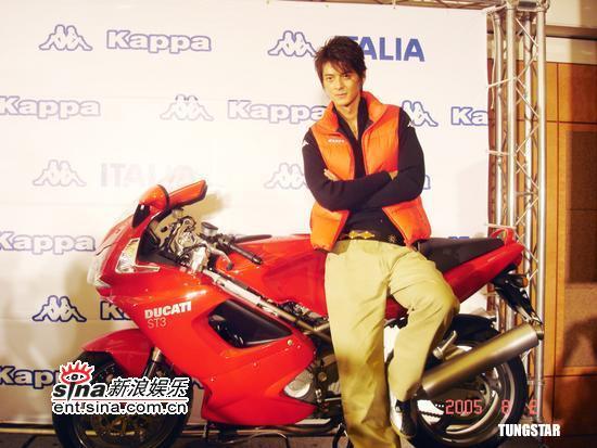 3日最酷男星 郭品超骑摩托车代言豪气十足