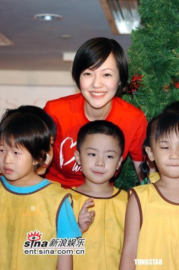 组图:小S出席儿童爱心活动怀孕4个月大献母爱