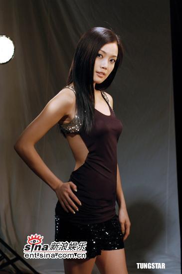 8月17日最美女星:容祖儿银色Bra大露背拍广告
