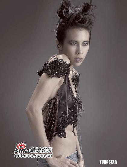 组图:莫文蔚拍摄写真集时尚水晶大秀性感美背