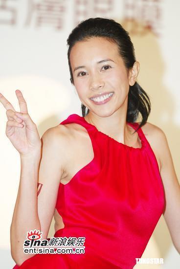 组图:莫文蔚火红洋装做代言眼神勾人强力放电