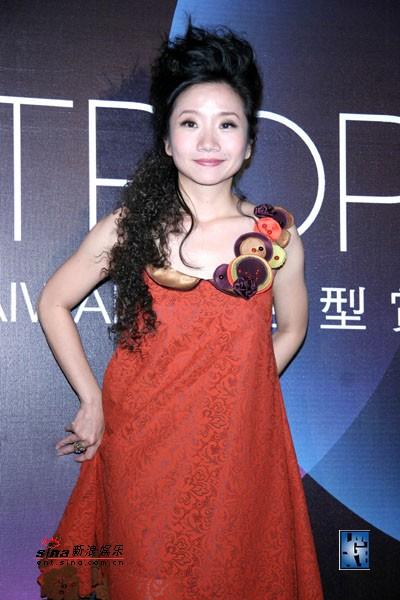 组图:陶晶莹秀时尚发型火红纱裙衣低胸亮相