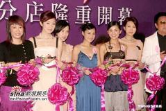 组图:Twins深圳剪彩吊带长裙装清爽亮相
