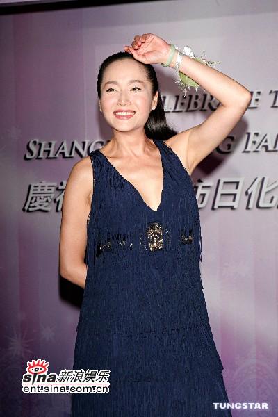 组图:刘嘉玲华服出席活动低胸装乳沟尽显