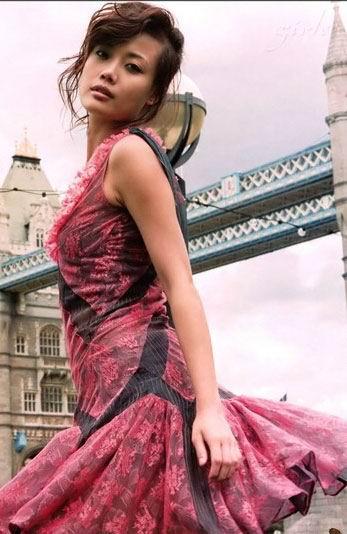 图文:容祖儿处女写真集--摇曳红裙