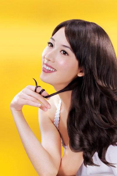 图文:林志玲代言护发产品--嫩白肌肤