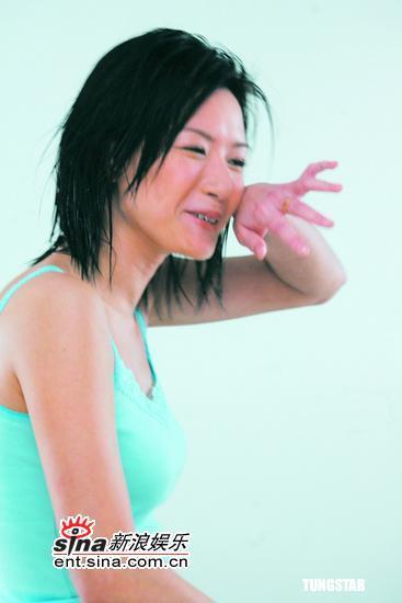 组图:卢巧音首度湿身出镜为护理品牌作代言