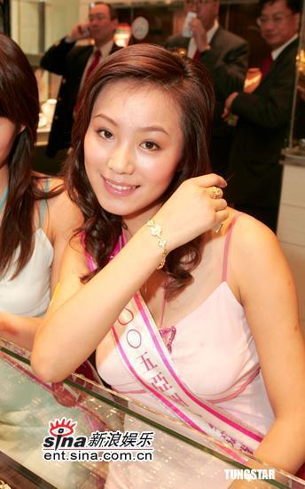 图文:亚姐试戴花冠-佩带手链