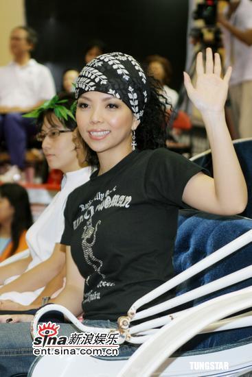 组图:张惠妹代言妇女运动会现场合唱《姐妹》