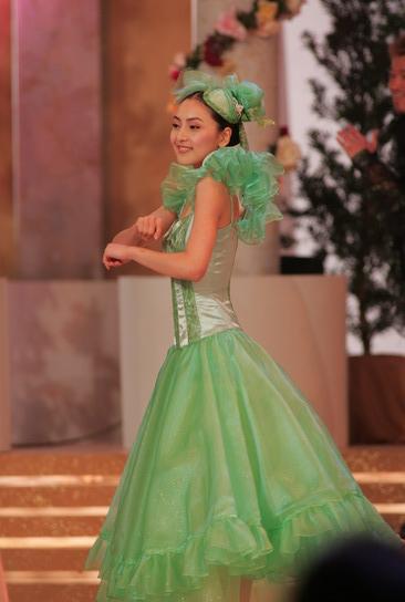 图文:05亚姐总决赛现场--佳丽穿彩色舞裙出场