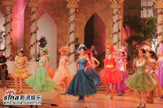 图文:05亚姐总决赛现场--佳丽穿彩色舞裙跳舞