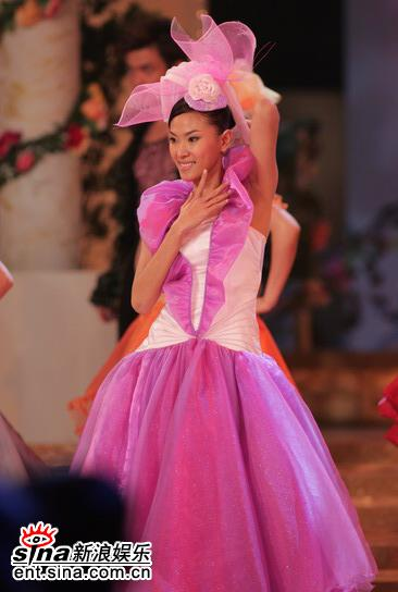 图文:05亚姐总决赛现场--佳丽穿紫色舞裙跳舞