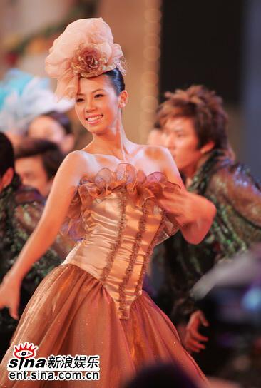 图文:05亚姐决赛现场--佳丽穿咖啡色舞裙起舞