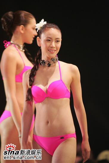图文:亚姐总决赛直播--12号康嫡桃红泳装展示