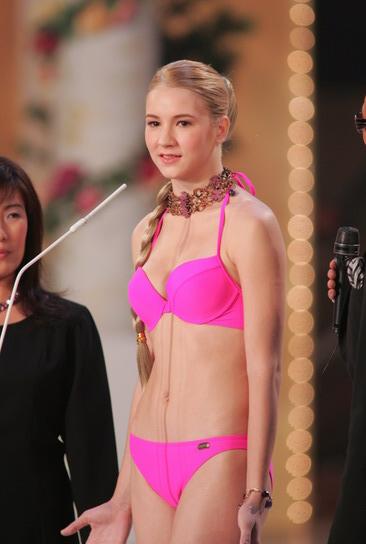 图文:亚姐总决赛直播--8号奥达丝娃泳装展示