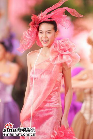 图文:2005亚洲小姐总决赛现场--粉红舞裙佳丽