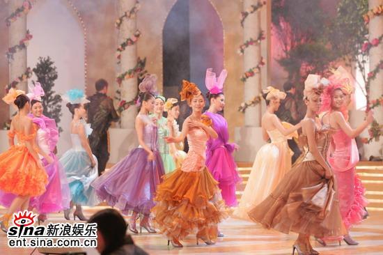 图文:05年亚洲小姐总决赛现场直播--佳丽群舞