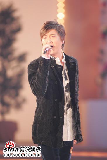 图文:2005年亚姐总决赛现场直播--孙楠热唱