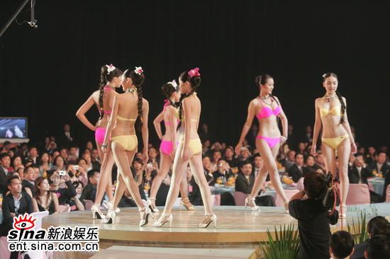 图文:2005亚姐总决赛现场--众佳丽性感泳装秀