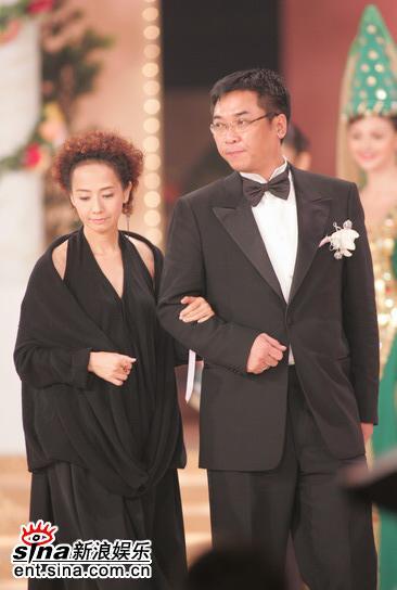 图文:05年亚姐总决赛现场--毛舜筠上台颁奖