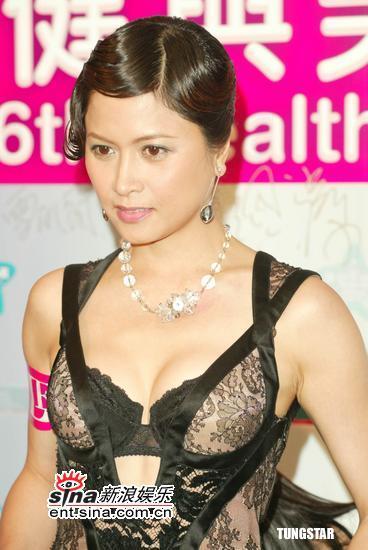 组图:邵美琪超性感亮相低胸黑色长裙艳压群芳