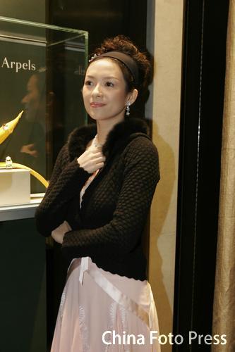 组图:章子怡出席珠宝店开张低胸亮相尽显妩媚