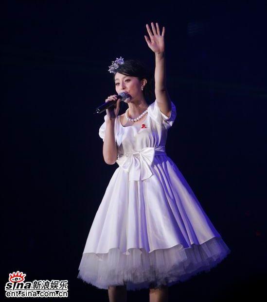 范冰冰超级盛典再获奖 着可爱公主裙唱《飞鸟》
