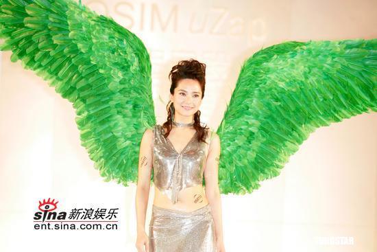 郭羡妮身插绿色双翼化身性感女神出席宣传(图)
