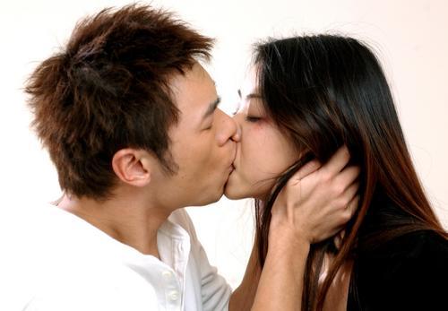 4月7日最酷男星:许志安湿身露点与女星激吻缠绵