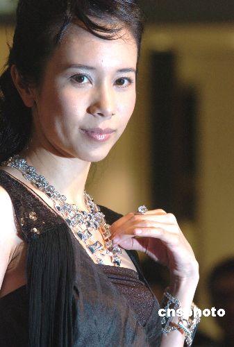莫文蔚亮丽出席珠宝秀称未收到男友送钻石(图)