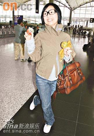 郑秀文与杨千嬅去同地 一人提前登机免碰头