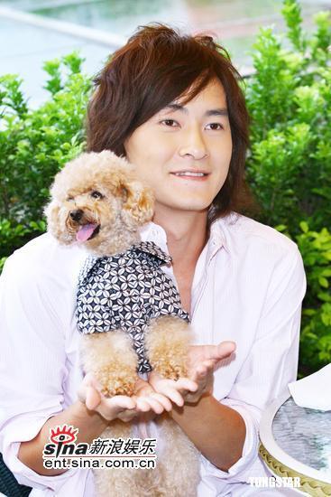 组图:郑元畅与宠物同欢怀抱可爱小狗更显帅气
