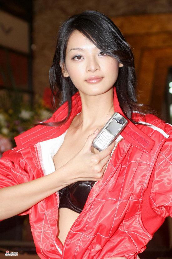 组图:林嘉绮性感代言红色赛车服露出黑色bra