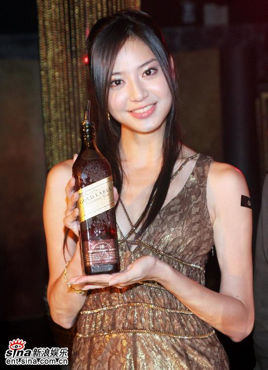 组图:台湾三大超模示范调酒胡晴雯性感挑逗
