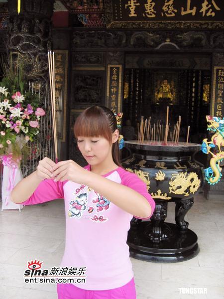 组图:水蜜桃姐姐入围儿童小金钟寺庙拜神
