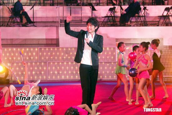 组图:古巨基广州演唱会圆满结束返港出席活动