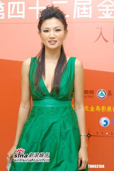 组图:11月8日时尚关键词--低胸时装裙
