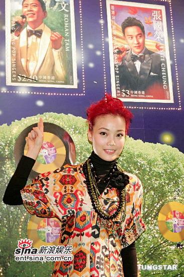 组图:香港举行歌手邮票发行郑伊健容祖儿出席