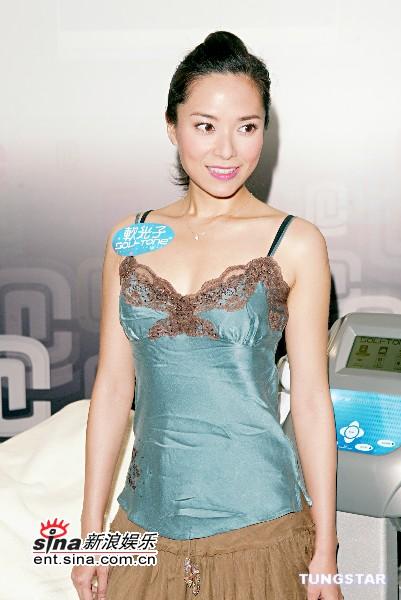 组图:郭羡妮低胸吊带裙出席活动化身美容师