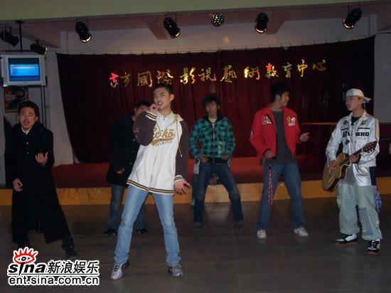 叶世荣应汤镇业邀请做客东方国际影视(组图)